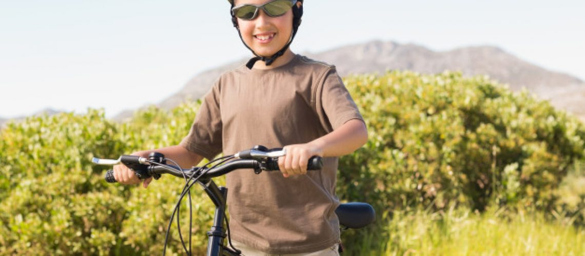 nino-pequeno-paseo-bicicleta-dia-soleado_13339-272569